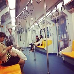 นั่ง BTS กลับบ้าน ตอนนี้ BTS วิ่งตรงถึงสถานีบางหว้าแล้ว ไม่ต้องไปเปลี่ยนรถที่สถานีตลาดพูล คนไม่ค่อยเยอะเท่าไร เดียวต่อ Taxi เข้าบ้านอีกที (17 นาทีจะสถานีช่องนนทรี เร็วกว่าขับรถเองอีก)