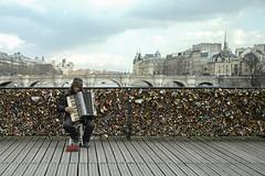 L'accordéoniste * Paris (sistereden2) Tags: sigma pontdesarts cadenasdamour dp2m