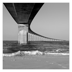 Le Pont de l'Île de Ré en N&B (philturp) Tags: france carré sea ouvrage square ilederé mer poitoucharentes noiretblanc monumentsarchitecture pont rivedouxplage nouvelleaquitaine fr bridge