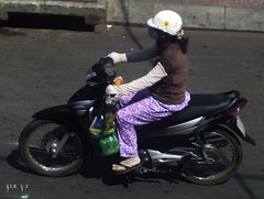 N60 BIKES MOPEDS VLOS MOBYLETTES CYCLO-POUSSE VIETNAM Bicyclettes Bicycle  Motorbikes Scooters, Moto-Taxi, Taxi-Honda, Honda Yamaha Vespa Mobs Vietnamiens Vietnamiennes, Vietnamese People, Urban City traffic, Trafic Urbain, Tuck Tuck,  Rickshaw Vlomote (tamycoladelyves) Tags: voyage honda de vespa traffic may delta scooter vietnam route moto toyota motorcycle moped hochiminhcity trafficjam peugeot mekong gan motocicleta trafic ket motorrad mofa motocicletta motocyclette mobylette ciclomotore ciclomotor motobcane embouteillage cyclomoteur hochiminhville taxitaxi lastimada  xehonda hondamoto  ladyfemme vietnamblog maytaxi voyagecarnet xichlomay xeganmay giaothongxeco omxe motovietnamviet namvnindochinecochinchinevietnamienvietnamiennevietnamese peoplevietnamese vietnamiennehabitant vietnamcarnet routejournal vietnamjournal