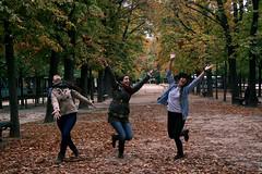 Otoño Parisino (White-Shadows) Tags: parque friends paris france fall hojas jump happiness otoño salto felicidad amigas leafs parck