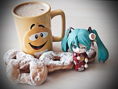 « candy to go with the coffee. » (๑´ڡ`๑) (Damien Saint-é) Tags: nendoroid hatsunemiku goodsmilecompany gsr plastic vinyl toy jouet coffee food nendoroidhatsunemikuyukatavernatsutsubaki