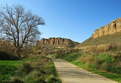 Mis caminos (kirru11) Tags: paisaje camino campo rocas peñas huertas hierva árboles cielo casas quel lariojabaja españa kirru11 anaechebarria canonpowershot