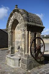 Port-Louis, fontaine (Ytierny) Tags: france vertical pierre bretagne fontaine morbihan lampadaire portlouis puits et ocanatlantique ctebretonne placeforte radedelorient portlouisien ytierny