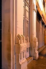 Detalhe de fachada (Eli K Hayasaka) Tags: brazil brasil nightshot saopaulo sãopaulo restaurante centro sampa noturna caminhada apfel nightwalk noturnas vegetariano centrosp centrodesãopaulo hayasaka caminhadanoturna elikhayasaka caminhadanoturnapelocentro restaurantevegetarianoapfel