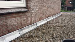 Dakdekker: Na de renovatie van de gehele bitumen toplaag heeft Primodak het oude lood uit de gevel verwijderd, de voeg ingezaagd en 20 pds lood in meter stukken gemonteerd d.m.v. Bora voegklemmen. Later is de voeg afgewerkt met cement