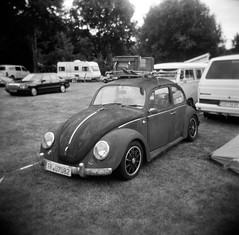 Rust and vignetting (Ronald_H) Tags: camera classic 120 6x6 film car vw bug volkswagen lens holga rat rust kodak air trix beetle rusty plastic diafine medium format expired vignetting käfer aircooled cooled 2015 wanroij ikw
