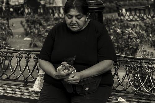 Mujer en la Banca