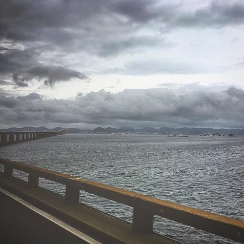A beleza dos dias tristes #ponterioniterói #ponterioniteroi #riodejaneiro #errejota #rj #ponterioniteroí #rio #baiadeguanabara #brasil #paodeacucar #niteroi #sunset #sun #ponte #photography #rioniteroi #porainorio #photo #nature #landscape #carioca #brazi