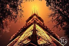 """""""La Tour Eiffel dans le brouillard."""" Paris (Raphaël Grinevald • Photographe) Tags: automne reflex nikon sete eiffel toureiffel 28 nuit brouillard brume symétrie 2470 d700 blinkagain raphaelgrinevald rgphotographe"""