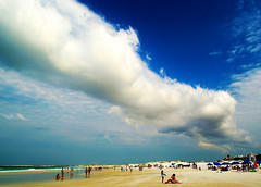 A nuvem e a praia / The cloud and the beach (Valcir Siqueira) Tags: people cloud seascape praia beach water clouds photography paisagem nuvem belo