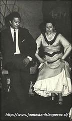 Un pie de cueca con Margot Loyola en la Peña Folclórica de la Universidad de Chile, Sede Valparaíso, septiembre de 1966.