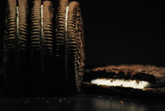 MM In Between Oreo (FrauN.ausD.) Tags: kekse oreo milchcreme schwarz makro weis inbetween macromonday black white dunkel dark cookie