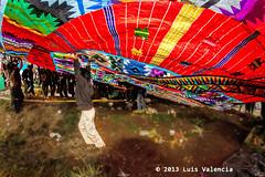 Elevandolo al cielo.jpg (Luis Valencia Aguilar) Tags: santiago flickr retrato guatemala cementerio tumbas indigenas tradiciones folcklore barriletes sacatepequez
