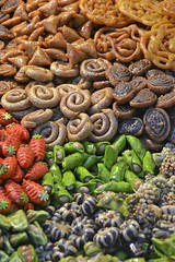 Sono solo caramelle, la la-la-la la-la...... (Tonifan&Sindy) Tags: africa nikon market sweet mercado morocco marocco marrakech medina mercato dolci suk caramelle
