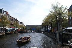 Bootje in de Nieuwe Rijn (Shirley de Jong) Tags: boot leiden nederland brug gracht koornbrug aalmarkt