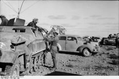 """Nordafrika.- Mittlerer Schützenpanzer (Sd.Kfz. 251/11, """"Fernsprechwagen""""), PKW in der Wüste; PK """"Afrika"""""""