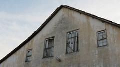 O guardador de rebanhos (O Ficcionista) Tags: roof sky house window casa cal telhado parede morretes desgaste