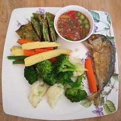 #ครัวลุงกอล์ฟบ่ายนี้ ขอเสนอเมนูที่มีชื่อว่า #น้ำพริกกะปิ ปลาทูทอด ไข่ชะอม พร้อมผักลวกร้อนๆ ทานกะข้าวสวยร้อนๆ อร่อยอย่าบอกใครนะ 😂😅😜