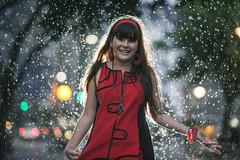 Olivia en la lluvia (Diego Epstein) Tags: red rain lluvia rojo nikon 60s bokeh retrato 85mm vivitar f11 portrair d600 thechallengefactory