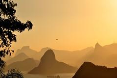 voltando prá casa... (Ruby Ferreira ®) Tags: layers sunset branches airplane avião hills rebocador christtheredeemermonument monumentocristoredentor sky goldenhour tug