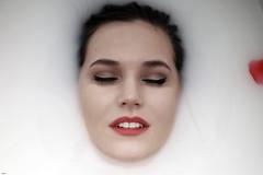 Just relax... (lichtflow.de) Tags: canon ef50mmf14 festbrennweite eos5dmarkiii portraits porträt wasser water milch milk gesicht face frau woman bath