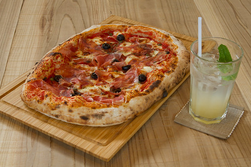 "Jamón Pizza & Sera Nashi Soda • <a style=""font-size:0.8em;"" href=""http://www.flickr.com/photos/48703908@N06/8752421845/"" target=""_blank"">View on Flickr</a>"