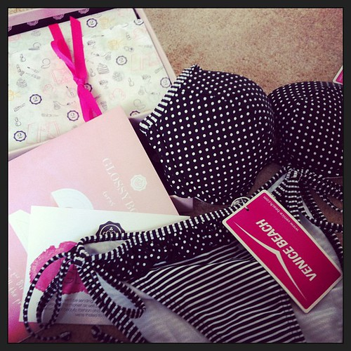 Bikini and glossy box cam today! Such a massive girly girl! #glossybox #bikini #venicebeach #polkadot #pink #makeup  Glossy Box tests et avis sur la box