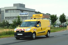 FIAT Dobl jaune Voiture Pilote (xavnco2) Tags: building cars yellow jaune automobile panel fiat headquarters social autos van sige immeuble doblo camionnette furgoncino serians