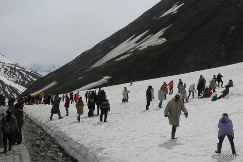 Indian tourists see snow for the first time - Zoji Pass
