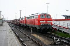 DB: 215 911-9 + 215 912-7 mit DB AutoZug SyltShuttle in Westerland/Sylt (Helgoland01) Tags: db sylt schleswigholstein inselbahn deutschland germany diesellok br215 syltshuttle kraussmaffei westerland