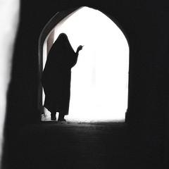 People of Iran # 2. Woman in the dark (ruben garrido lopez) Tags: iran persia mujer woman blancoynegro blackandwhite contrast street calle callejon alley esfahan isfahan streetphotography streetpeople