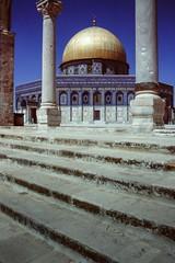 Jerusalem 1991: Way up to the Dome of the Rock (Lens Daemmi) Tags: jerusalem slide olympus domeoftherock scan scanned 1991 om2 kodachrome64 templemount felsendom tempelberg reflecta x7scan
