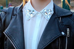 Sparkling collar (MartaCanga) Tags: white black glitter silver sparkle jeans collar cristal oxfords martacangafashionbrusselsbelgiumcitystreetstylestylestreeturbanurbanstyleurbanlookurbanoutfitlookoutfitstreetoutfitstreetlookdaydayoutfitdaylookphotographyfashionphotographypicturesphotosblondehair girlwomanbeautyportraitpeoplemodelmodellingposeposingcameracanon450dmakeupnaturalcolourscolors accesoriesbagshoesclotheslegs