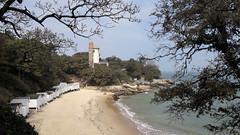 Lighthouse and sandy beach (Sokleine) Tags: plage beach phare lighthouse mer seaside baie bay atlantic ocean boisdelachaise noirmoutier vendée paysdeloire france 85