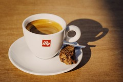 illy Koffie (Christian Passi - Steher82) Tags: triest illy coffee kaffe kaffee coffé espresso food drink vsco sonne sun essen cookie keks tasse cup inndoor flickr sonya6000 a6000 photography photo italy