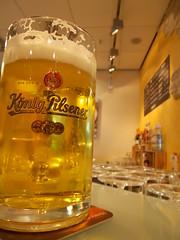 König (schremser) Tags: deutschland hessen frankfurt bier flughafen kneipe krug könig bierglas bierkrug königpilsner