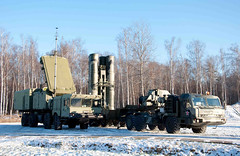 "S-400 Triumf (12) • <a style=""font-size:0.8em;"" href=""http://www.flickr.com/photos/81723459@N04/9815417096/"" target=""_blank"">View on Flickr</a>"