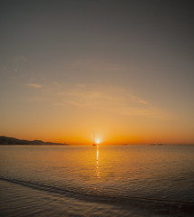 Barco en La Malagueta (josemariaruizfotografia) Tags: ocean sunset sea sun sol beach sunshine night boat andalucía barco ship playa down andalucia clear amanecer andalusia málaga orilla ocano goldcruzadasi infinitexposure