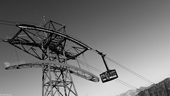 Pylne du 1er tronon du Tlphrique de l'Aiguille du Midi (Quentin Douchet) Tags: france car blackwhite transport cable aerial tramway noirblanc tph tlphrique rhnealpes chamonixmontblanc pylne remontemcanique tlphriquedelaiguilledumidi