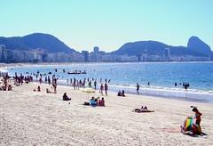 PICT0328 - Praia de Copacabana - Rio de Janeiro - Brasil (Marcia Rosa ()) Tags: blue sea brazil people beach nature water gua azul brasil riodejaneiro mar rj gente natureza sunday copacabana leisure lazer bather banhista marciarosa