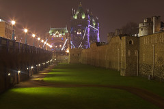 Notte nebbiosa / Foggy night (Tower bridge and Tower of London, London, United Kingdom) (AndreaPucci) Tags: towerbridge toweroflondon london uk england night fog andreapucci canoneos60