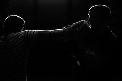 Entrenando boxeo (miguelangelortega) Tags: boxeo boxing púgiles rivales entrenamiento training contraluz blancoynegro bw blackandwhite backlight nikon 1755 ltytr1