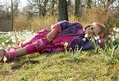 Jinka ... Frühlingserwachen ... (Kindergartenkinder) Tags: kindergartenkinder annette himstedt dolls schloss herten frühling garten jinka personen märzenbecher