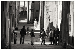 He's Coming (toletoletole (www.levold.de/photosphere)) Tags: man mann kinder children playingkids spielendekinder street zagora morocco marokko nikon d700