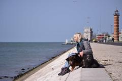 Cheira a Lisboa (La Burbuja en el espejo) Tags: travel viaje dog primavera girl docks de puerto dock torre chica lisboa perro belem blonde rubia platinum platino