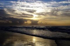 ¡Buenos diás! / Bore da! (Rhisiart Hincks) Tags: traeth hondartza tràigh beach aod kostalde coast côte arfordir seaside traezh traezhenn môr mor mer muir farraige sea itsaso awyr sky wybren oabl zeru speur spéir hodeiak koumoul clouds cymylau scamaill sgòthan pilviä felhők mākoņi debesys bore mintin beure madainn morning mañana goiz playadelinglés grancanaria