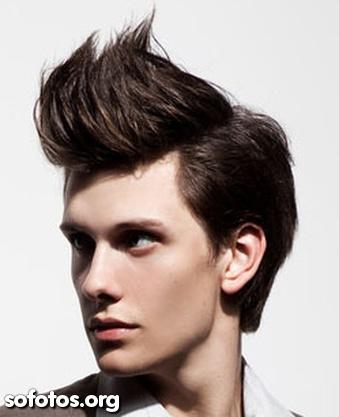 cabelo liso com topete grande e alto