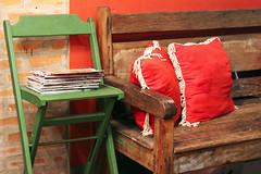 (angelasmorato) Tags: ambienteinterno pizzaria verde vermelho cadeira banco almofadas decoração revistas madeira