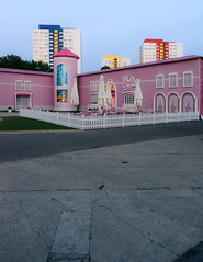Berlin, August 2013: Barbie Dreamhouse 1 (killerhippie foto) Tags: berlin deutschland orte abendlicht gegend barbiedreamhaus
